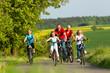 Leinwanddruck Bild - Familie fährt Fahrrad im Sommer
