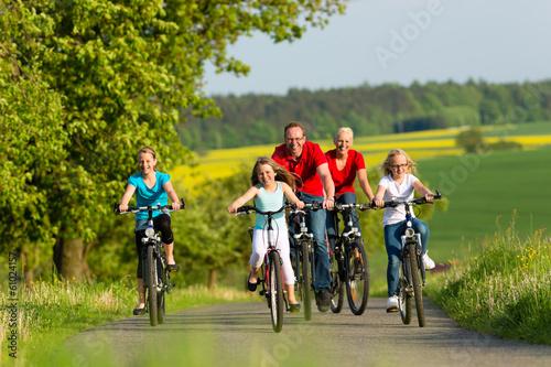 Láminas  Familie fährt Fahrrad im Sommer
