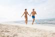 junges glückliches verliebtes paar am strand