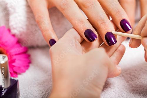 Keuken foto achterwand Manicure Professionelle Nageldesignerin bei einer Maniküre mit weibliche