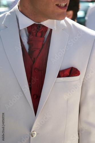Fotomural détail de costume rouge et blanc avec lavallière et gilet