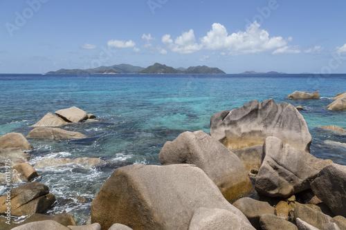 Spoed Foto op Canvas Noordzee Granitfelsen auf La Digue mit Blick auf Praslin