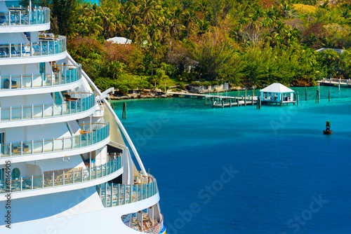 Fotografía  Side of a cruise ship with trees and ocean in background