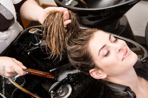 Fotografie, Obraz  Žena myje vlasy hairsalon