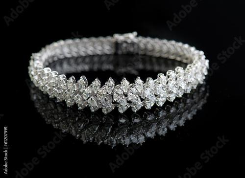 Fotografía  Jewelry diamond bracelet on a black background