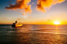 Passagierschiff Im Sonnenunter...