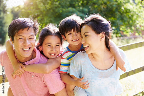 Fotografia  Asian Family Enjoying Walk In Summer Countryside