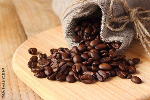 Poster Café en grains Roasted coffee beans in linen bag