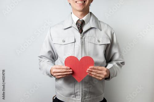 Fotografia  作業着を着た男性と赤いハートマーク