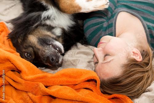 Frauen hund bett