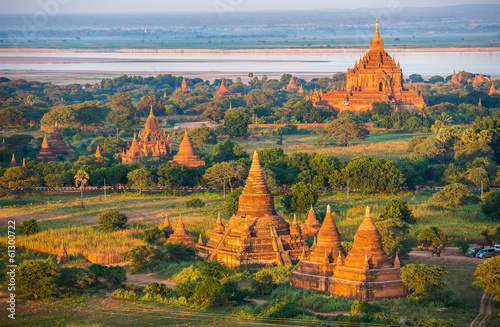 Photo Ancient pagodas in Bagan with altitude balloon Myanmar
