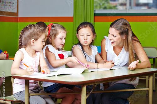 eee8f082400b1f Mädchen malen im Kindergarten - Buy this stock photo and explore ...