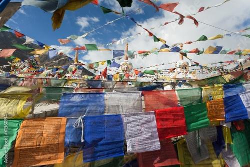 flagi-modlitewne-ze-stupami-kunzum-la-pass-indie