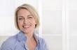 canvas print picture - Ältere schöne blonde Frau - Portrait mit Hintergrund weiß blau