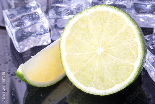 Poster Dans la glace Lime with ice cubes