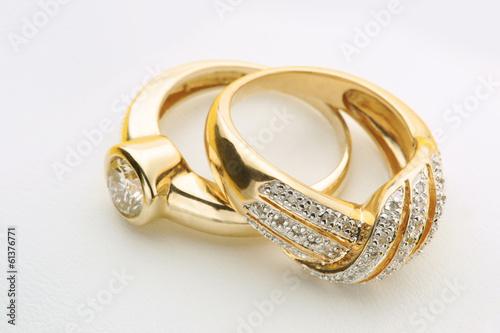 fototapeta na szkło Biżuteria Złote pierścionki z diamentem
