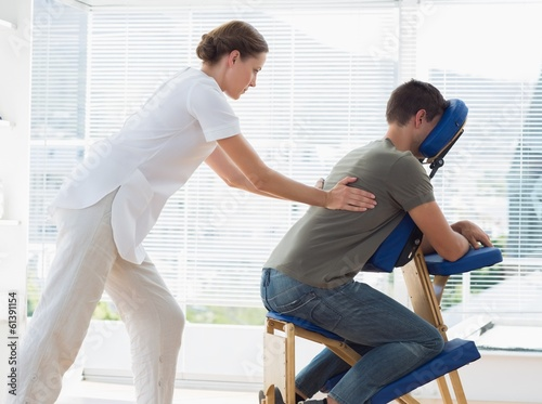Photo  Man receiving back massage from physiotherapist
