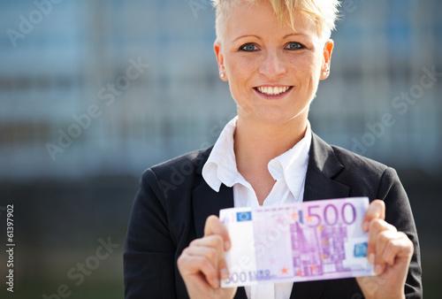 Foto  Attractive businesswoman holding 500 euro