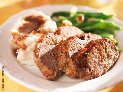 Photo  meatloaf with greenbeans and mashed potatoes