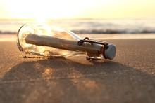 Flaschenpost Am Strand Bei Son...