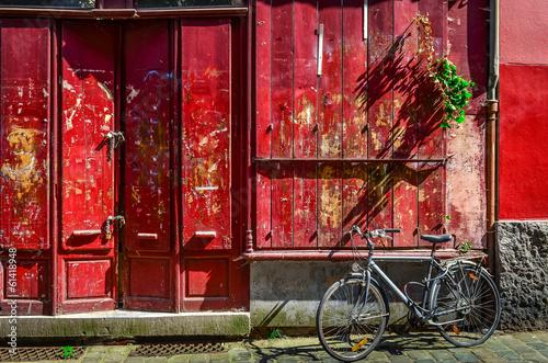 czerwona-drewniana-sciana-z-drzwi-i-bicyklem