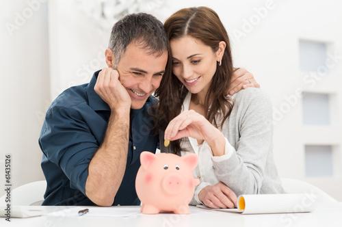 Fotografía  Couple Saving Money