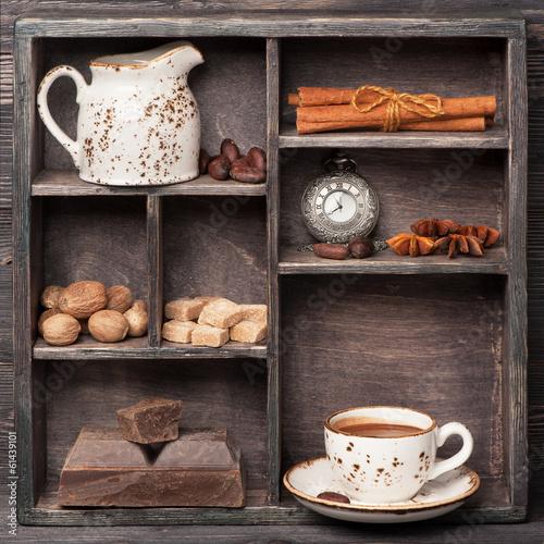 Gorąca czekolada i przyprawy. Vintage zestaw w drewnianym pudełku. Сollage