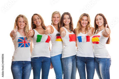 Fotografía  Adolescentes con banderas internacionales en las camisetas