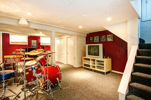 Fotografia  White and red rehearsal basement room