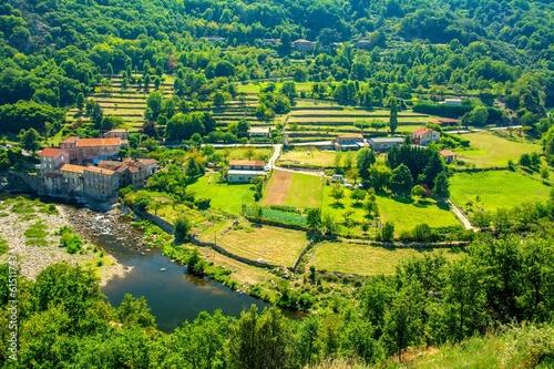 Papiers peints Vert chaux Magnifique village de Provence en Ardèche, France