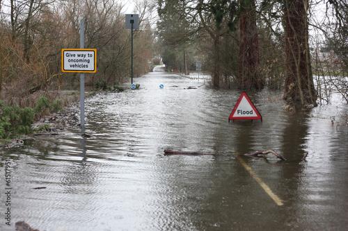 Cuadros en Lienzo Muestra de la inundación en la carretera