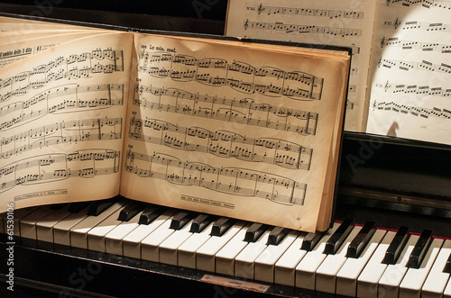 Fotografia  pianoforte con spartito