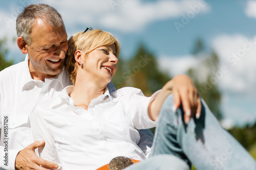Photo Happy senior couple outdoors in spring