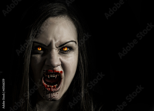 Foto Bloodthirsty female vampire with angry expression