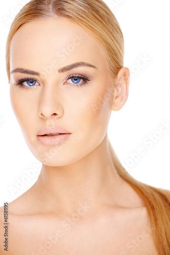 Piękna blond kobieta z niebieskimi oczami