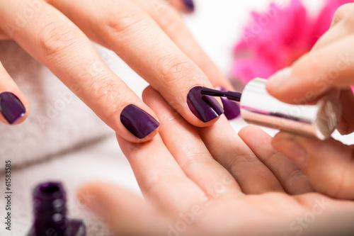 Fotografía Frau bekommt ihre Nagel en lila lackiert Nagelstudio Maniküre