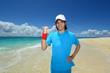 南国の美しいビーチと笑顔の男性