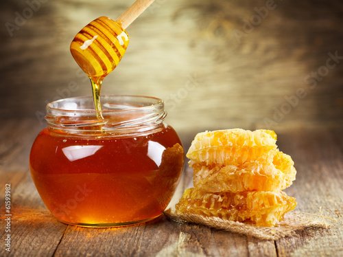 Photo jar of honey with honeycomb