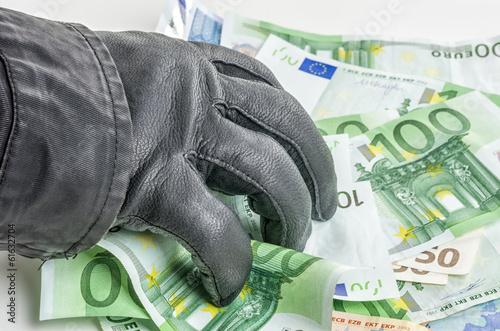 Valokuvatapetti Dieb mit Lederhandschuh greift nach Geldscheinen