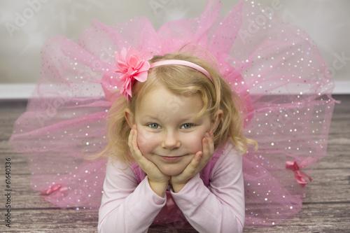 Fototapeta Mała baletnica leżąca na podłodze obraz