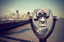Touristen Fernglas Auf Liberty Island Vor Der Manhattan Skyline