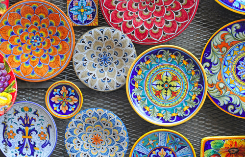 Foto typical colorful ceramic dishes, tuscany, italy