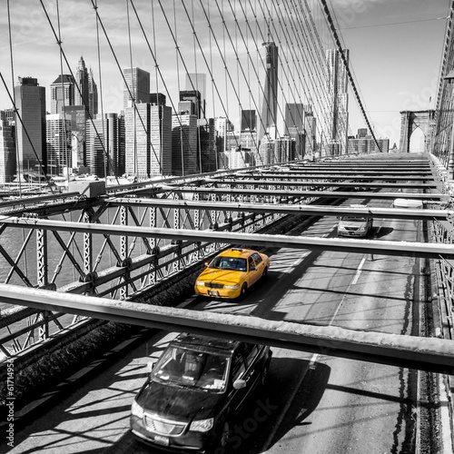 Staande foto New York TAXI Taxi cab crossing the Brooklyn Bridge in New York