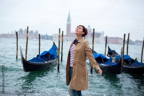 Foto op Aluminium Gondolas Beautiful woman against Venice panorama