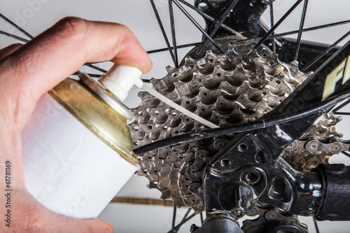 Fotografía  engrasando bici