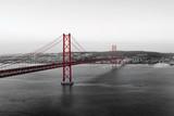 Czerwony most na biało- czarnej panoramie miasta