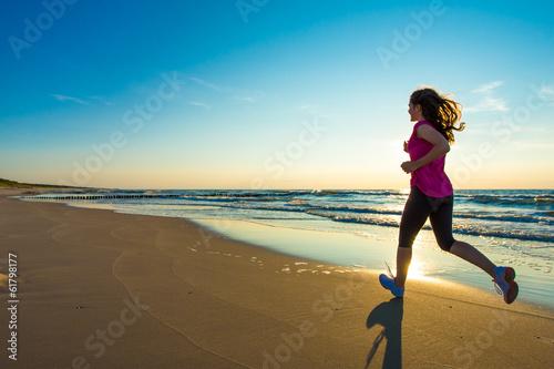 Poster Jogging Teenage girl running, jumping on beach