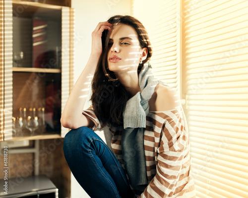 Photo  Beautiful fashionable cute girl sitting on a window