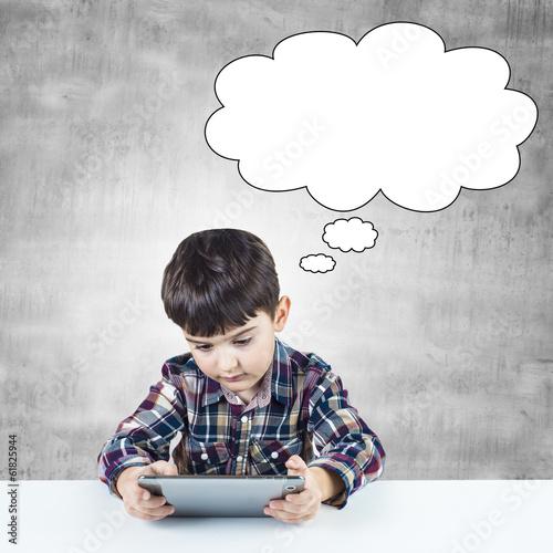 Niño utilizando una tableta digital y viñeta para texto Poster