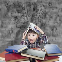 Niño Con Libros Agobiado Bajo...
